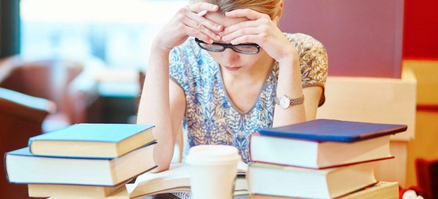 ragazza che studia per gli esami